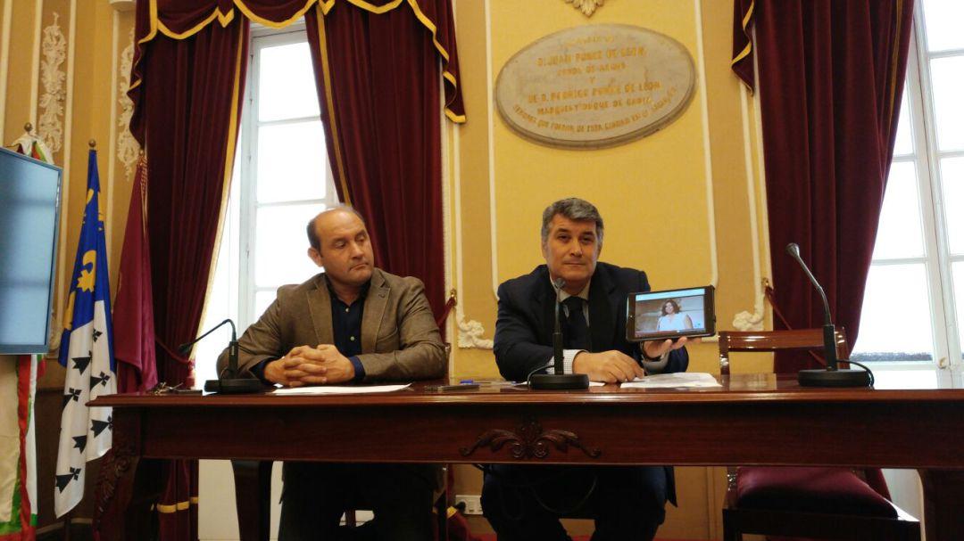 El concejal del PP de Cádiz y expresidente de Aguas de Cádiz, Ignacio Romaní, en rueda de prensa acompañado por Juan José Ortiz