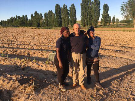 Ángel con su mujer Pilar a su izquierda y su cuñada a su derecha, en un cultivo de espárragos