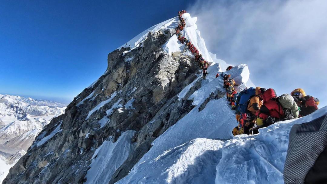 Dos turistas mueren en el Everest en un gran atasco en la cima más alta del mundo
