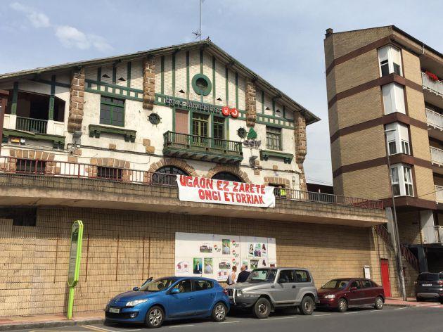 """""""No sois bienvenidos a Ugao"""", la pancarta que luce en la estación de tren."""