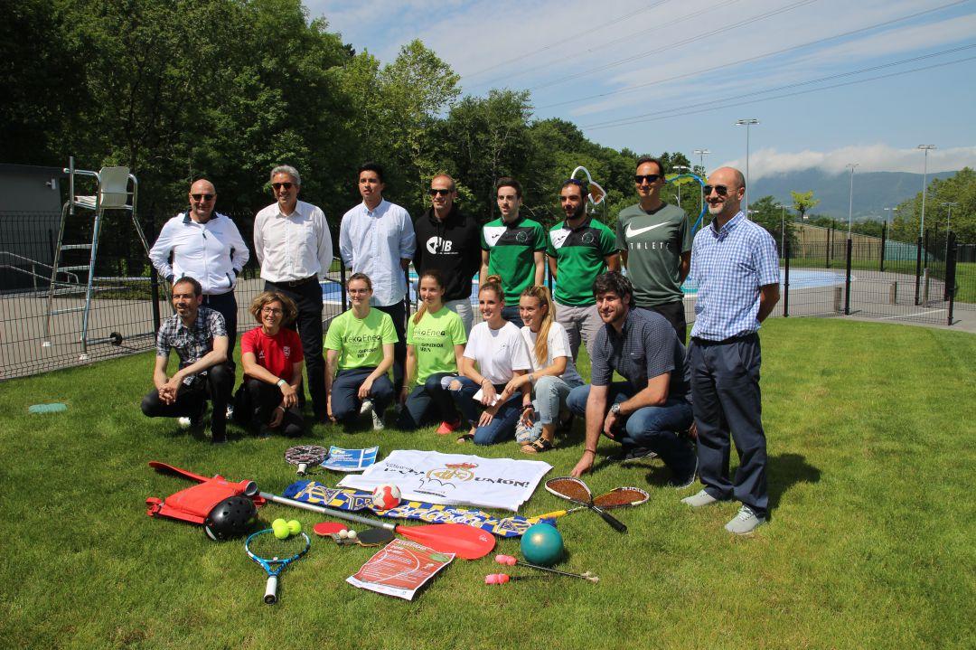 El delegado de Deportes, Pedro Alegre, junto a representantes de algunos de los clubes y entidades que participan en el programa UDA.