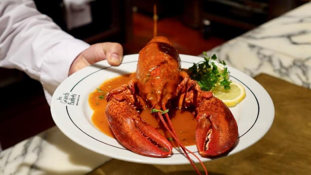 Así es el 'buffet' libre francés en el que ya comen más españoles que locales