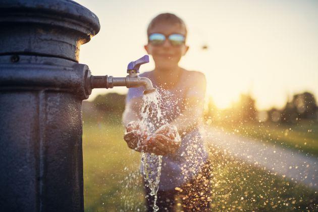El agua es el gran aliado contra los calores extremos.
