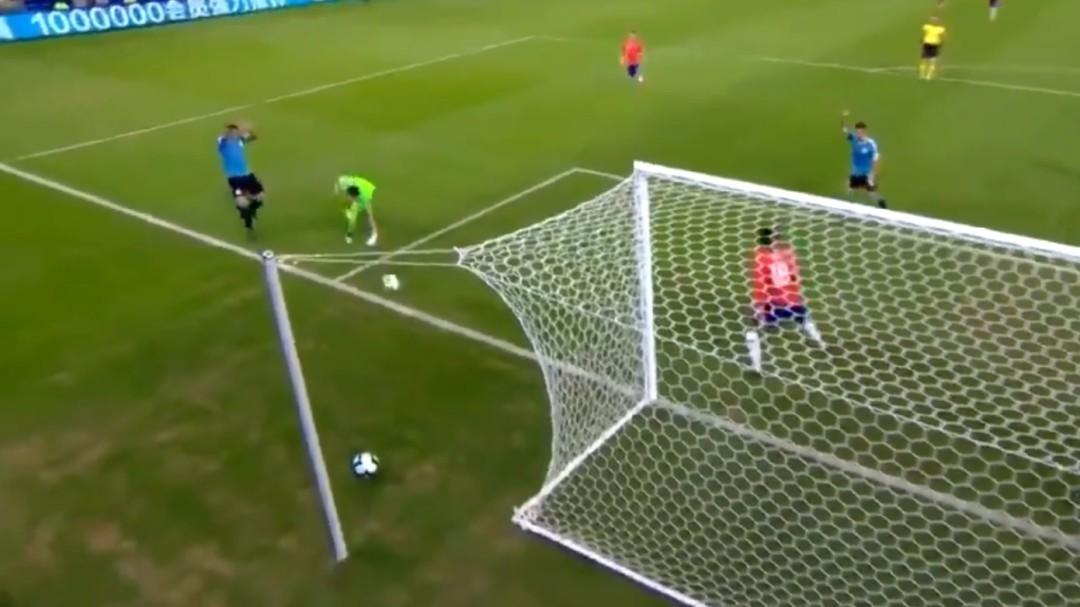 Lo nunca visto: Luis Suárez pide penalti por mano... ¡del portero!