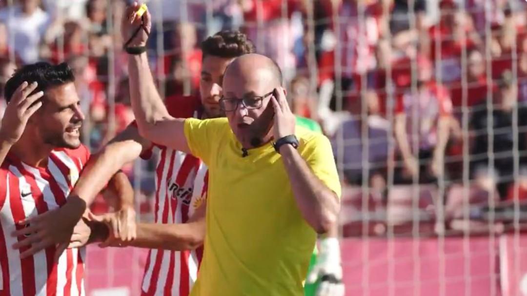 """El divertido spot del Almería protagonizado por el VAR: """"¿Ha sido penalti? A mí me conviene que no"""""""