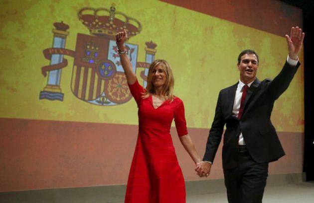 Pedro Sánchez, junto a su mujer y la gran bandera, en 2015