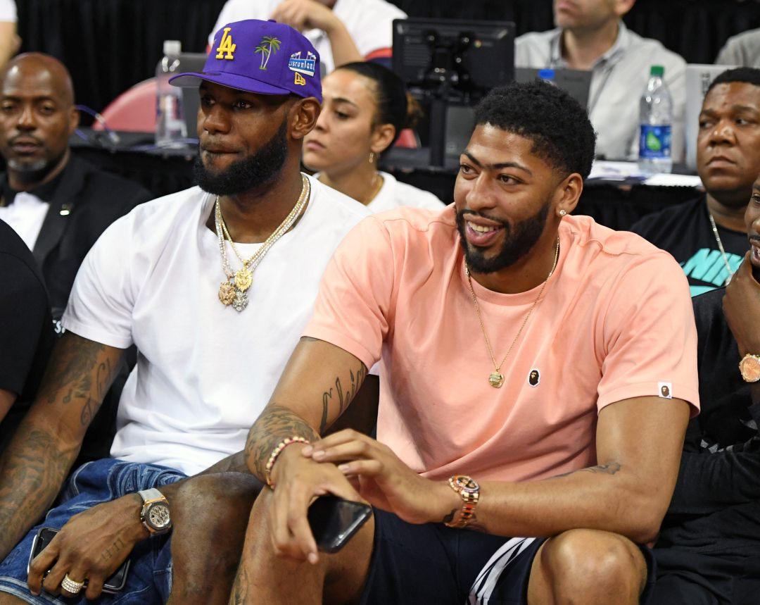 LeBron James y Anthony Davis viendo un partido