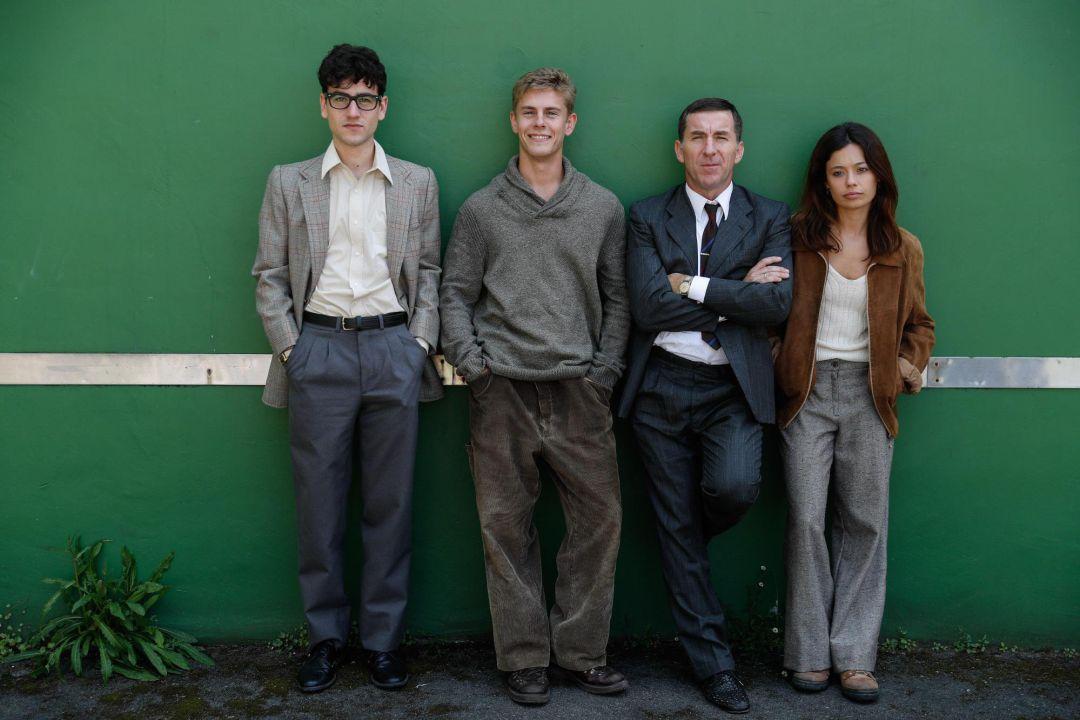 Los actores, Alex Monner, Antonio de la Torre, Anna Castillo, y Patrick Criado, posan en un descanso del rodaje de la serie 'La línea invisible'.
