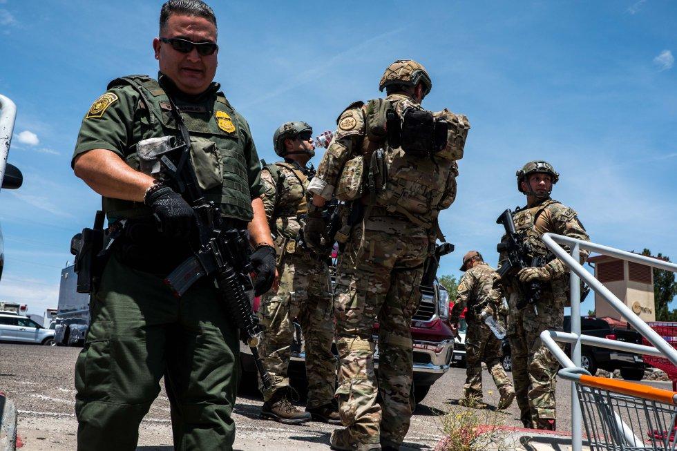 """""""Tiroteo en marcha. Manténganse alejados del área del centro comercial de Cielo Vista. La escena está todavía activa"""", escribió la policía de El Paso."""
