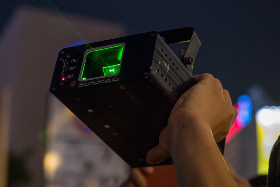 Los manifestantes usan láseres para cegar a la policía, pero sobre todo para inutilizar las cámaras de vigilancia y los dispositivos de reconocimiento facial y evitar ser enjuiciados.