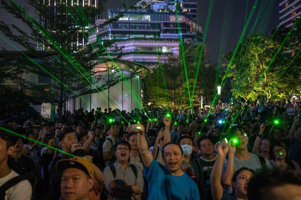 Cientos de personas se reunieron con láseres frente al Museo Espacial de Hong Kong después de que un joven fuera detenido por comprar estos objetos.