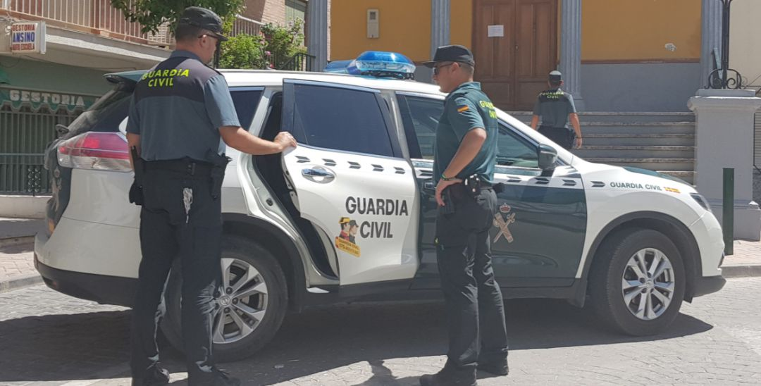 Agentes de la Guardia Civil en Alcaudete.