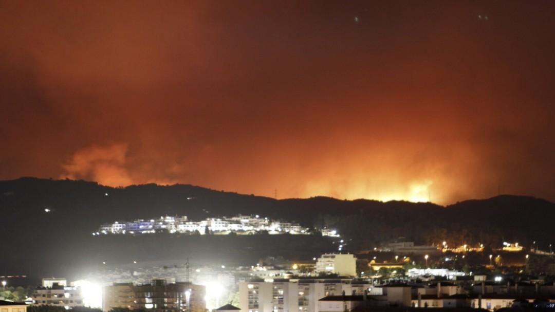Un grave incendio forestal obliga a desalojar 200 viviendas en Estepona