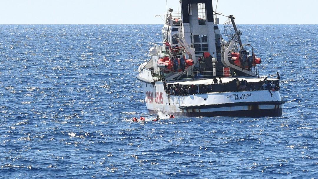 El buque de la Armada que traerá a España a los migrantes del 'Open Arms' zarpa de la base militar de Rota