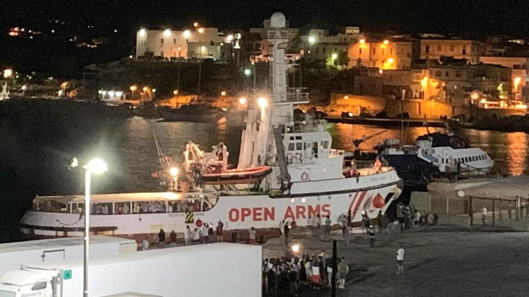 Los 83 migrantes del barco Open Arms desembarcan en Lampedusa tras 19 días