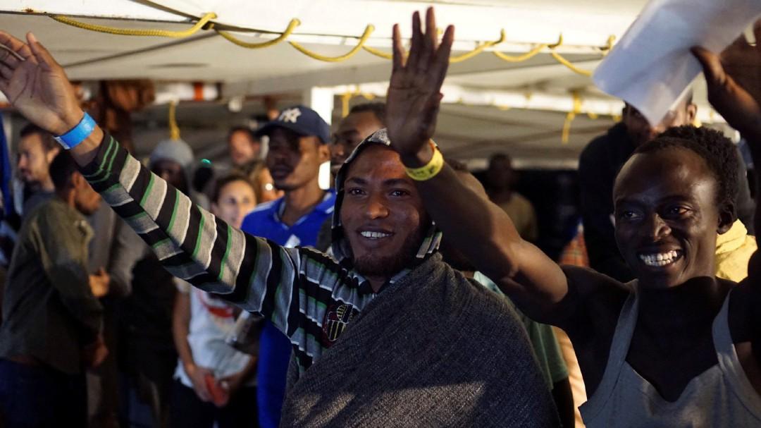 """La dura crítica de un médico de Lampedusa al Gobierno italiano: """"Es sencillamente inhumano"""""""