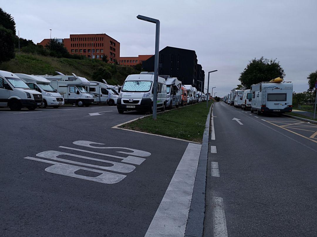Autocaravanas aparcadas junto al área de Las Llamas con veinticinco plazas.