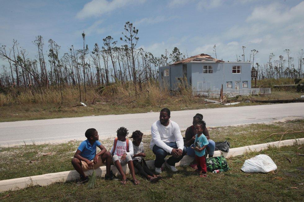 Gente esperando suministros de ayuda en las cercanías del aeropuerto de Great Abaco, Bahamas