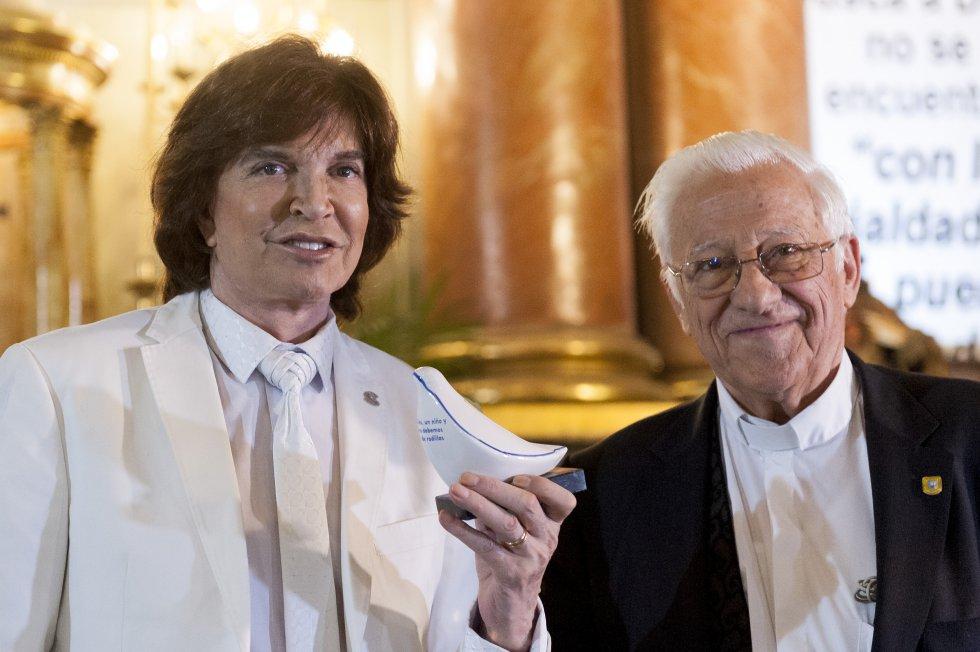 Camilo Sesto junto al padre Ángel