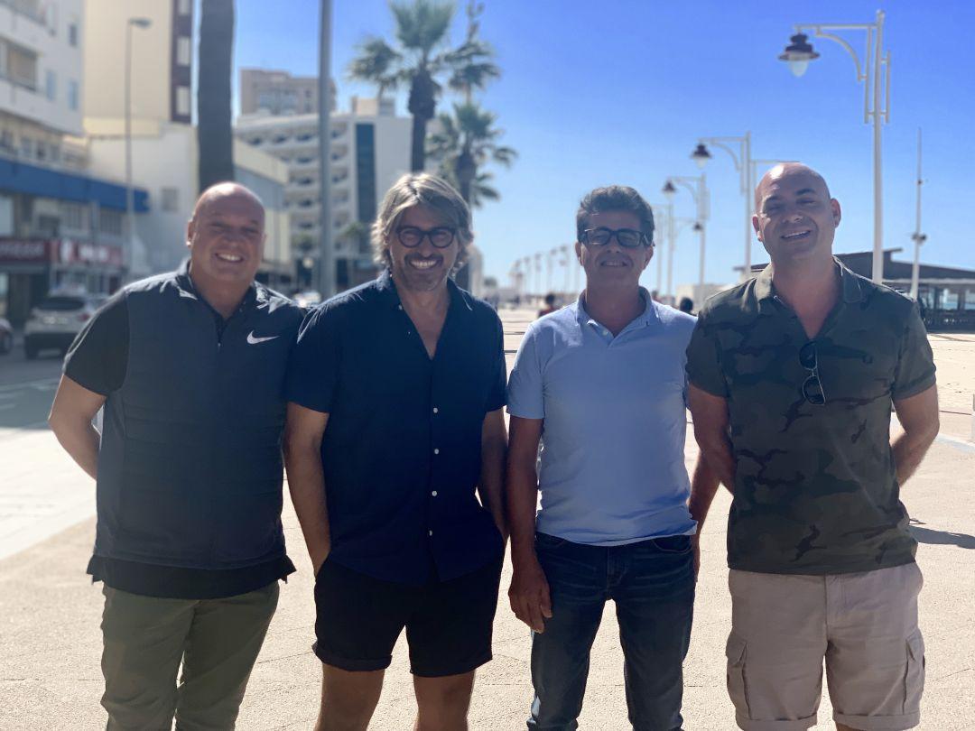 Fabián Vidussi, Raúl Cueto, Esteban Martín y Miguel Sánchez, hosteleros gaditanos, posan en el Paseo Marítimo de Cádiz