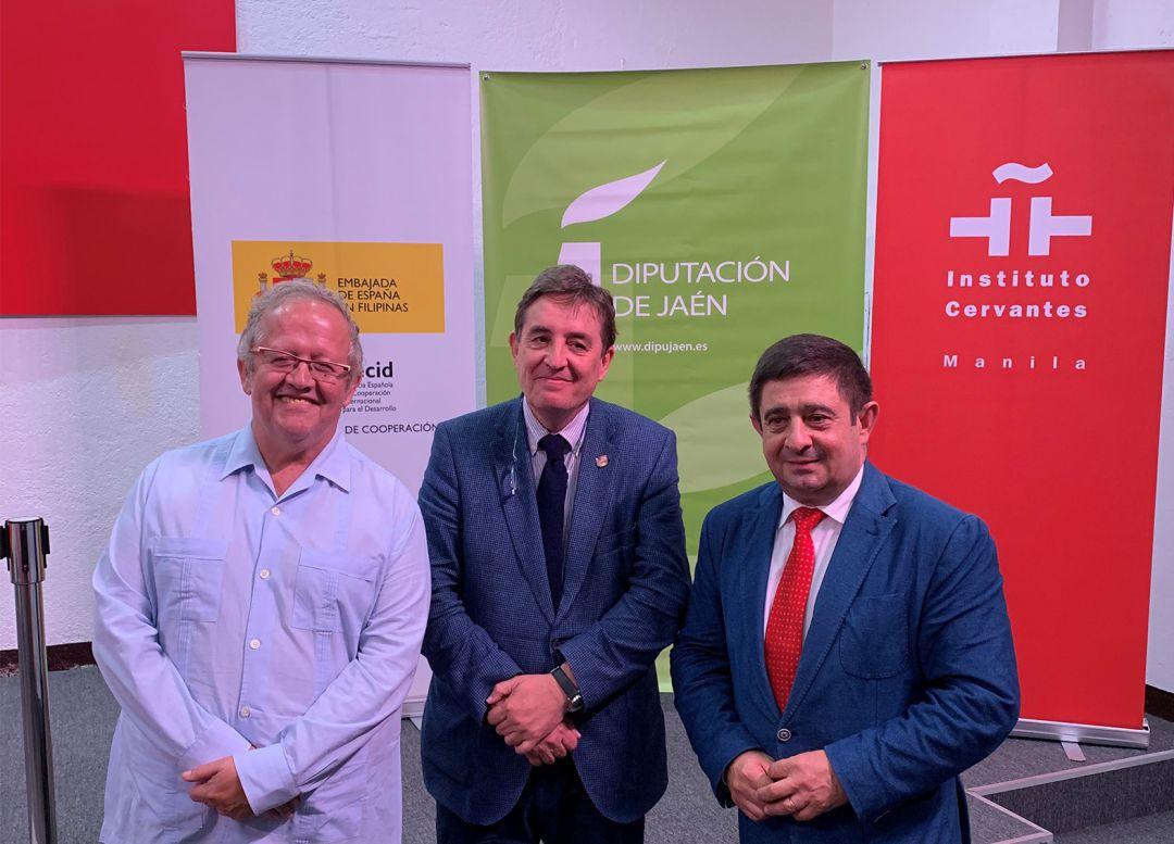 De izquierda a derecha, el comisario de la muestra, Juan José Téllez; el director del Instituto Cervantes, Luis García Montero, y el presidente de la Diputación de Jaén, Francisco Reyes.
