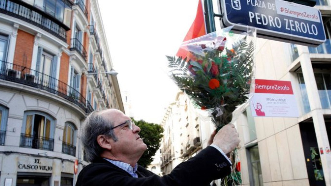 Vox quiere quitar el nombre de Pedro Zerolo a la plaza que tiene en Chueca