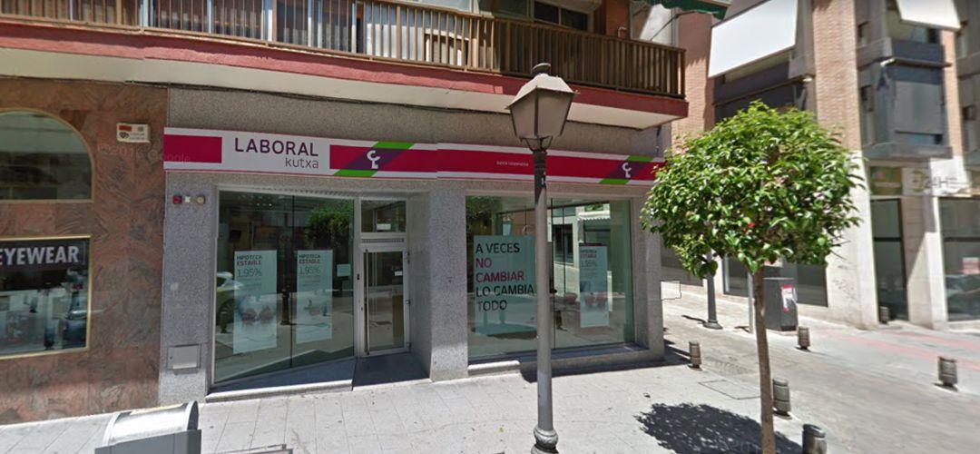 Resultado de imagen de Atracan una oficina de Laboral Kutxa en Leganés a punta de pistola