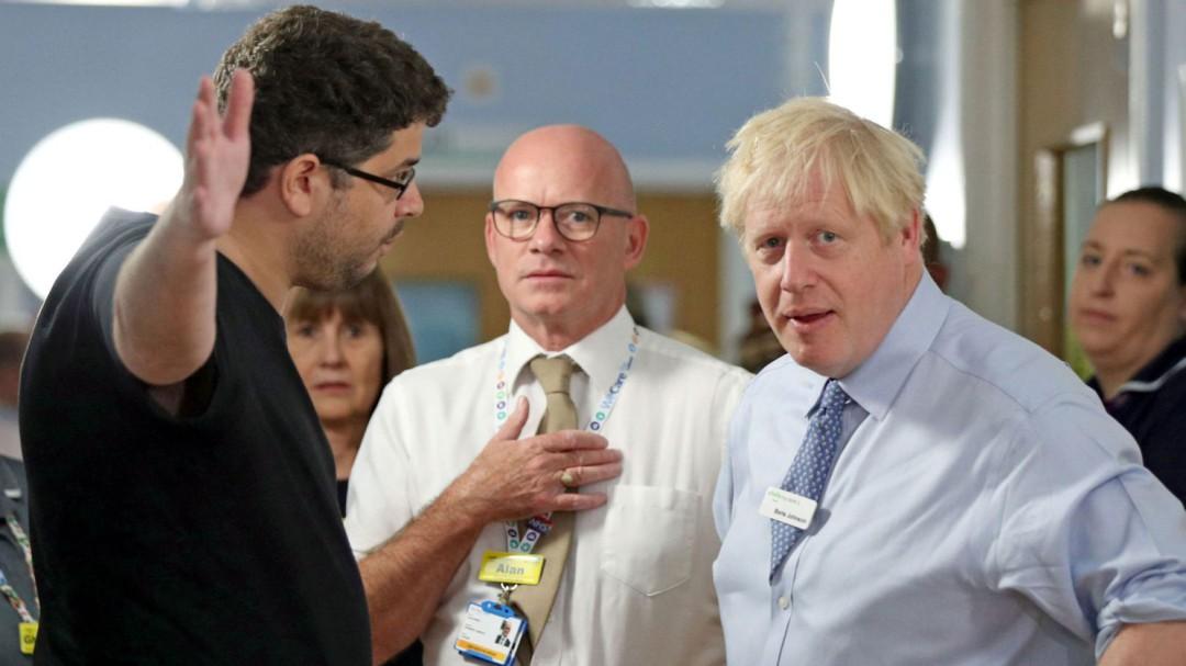 """El padre de una niña enferma se encara con Boris Johnson: """"Vienes aquí para aparecer en la prensa"""""""