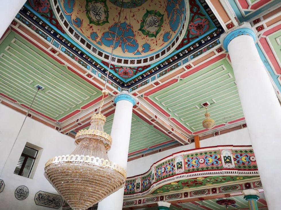 Interior de la colorida mezquita de Orta Djame, en Batumi, edificio de 1866.