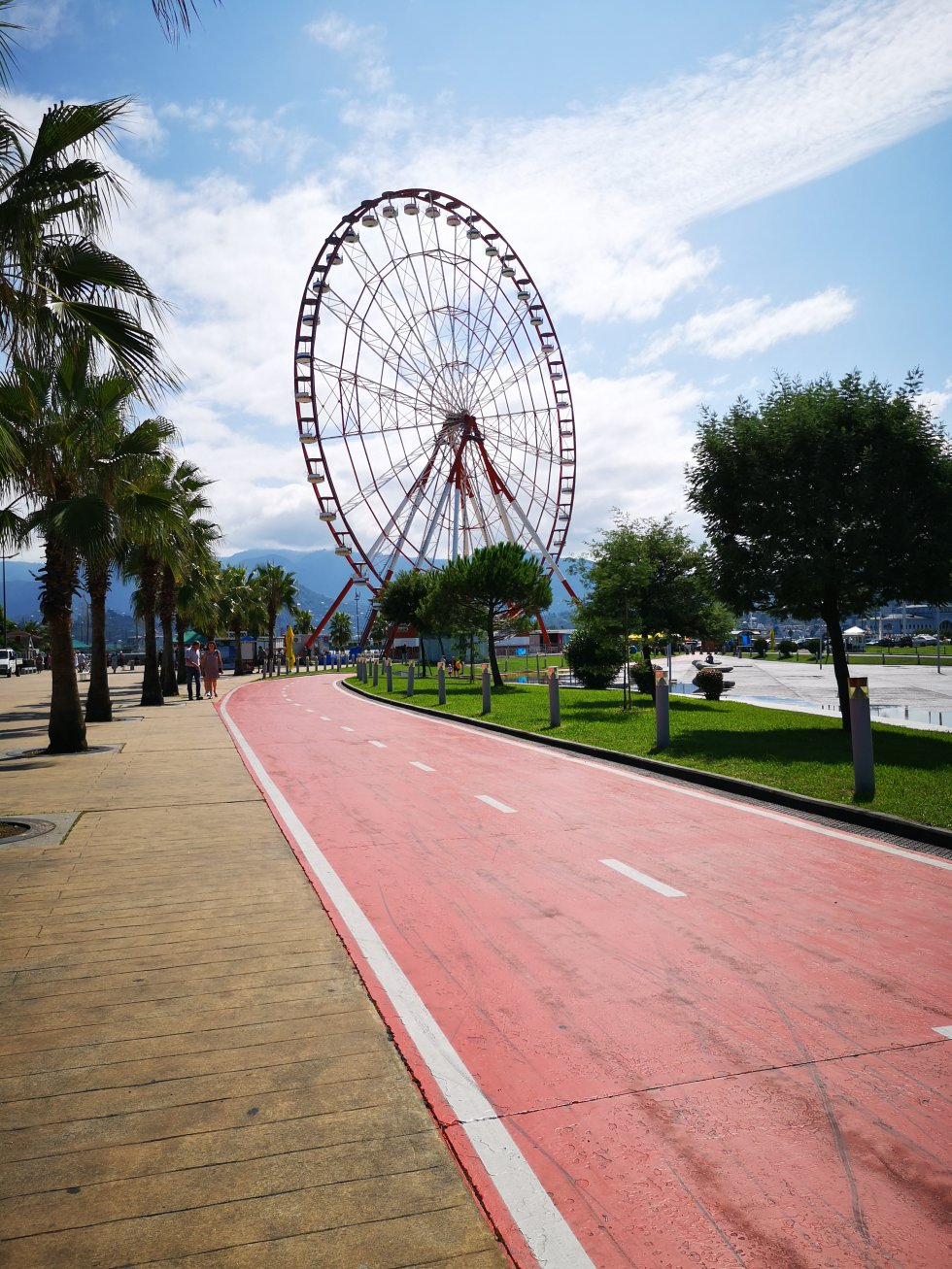 La noria del paseo marítimo es otra de las vistas tradicionales en el paseo marítimo de Batumi.
