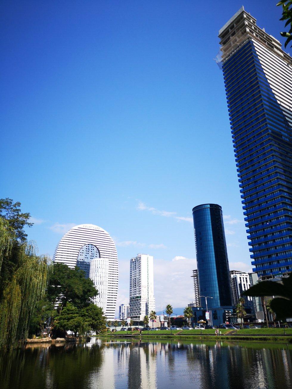 Modernos hoteles rascacielos de Batumi desde el parque 6 de Mayo.