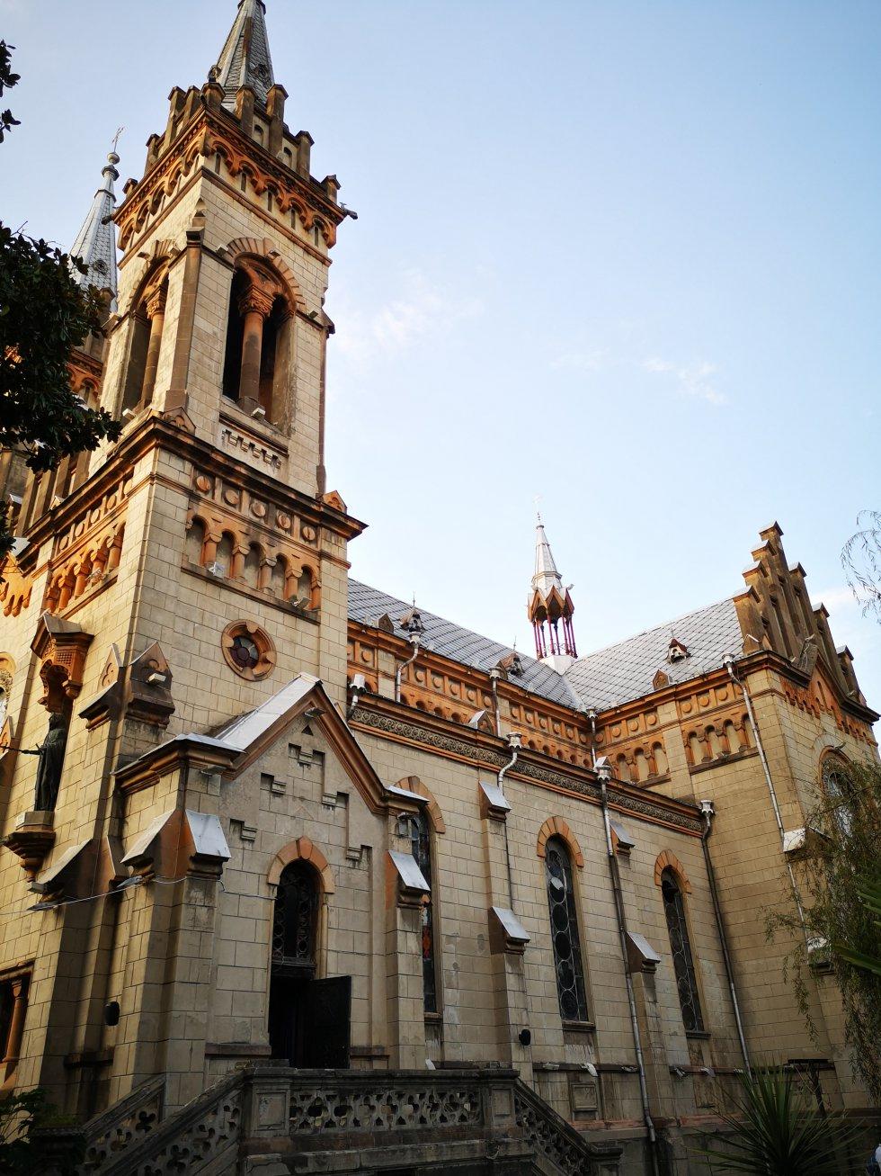 La catedral de Batumi, construida en 1903 como iglesia católica, es neogótica. Sobrevivió al dominio soviético. Desde 1980 es una iglesia ortodoxa georgiana.