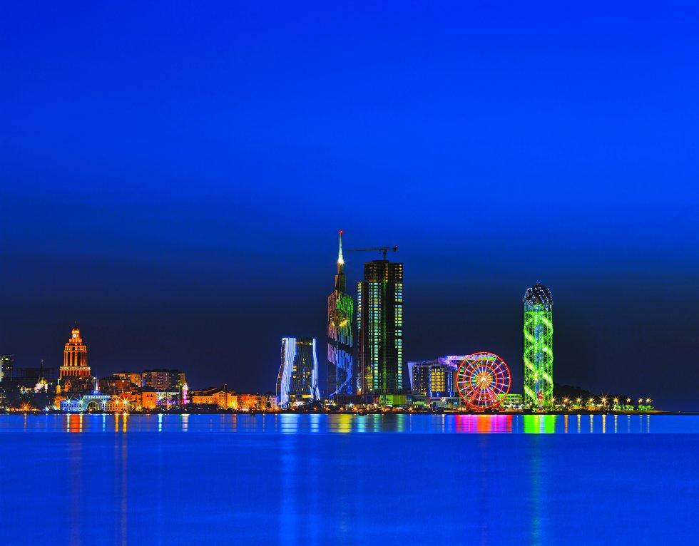 Skyline de Batumi por la noche, con sus principales monumentos modernos.