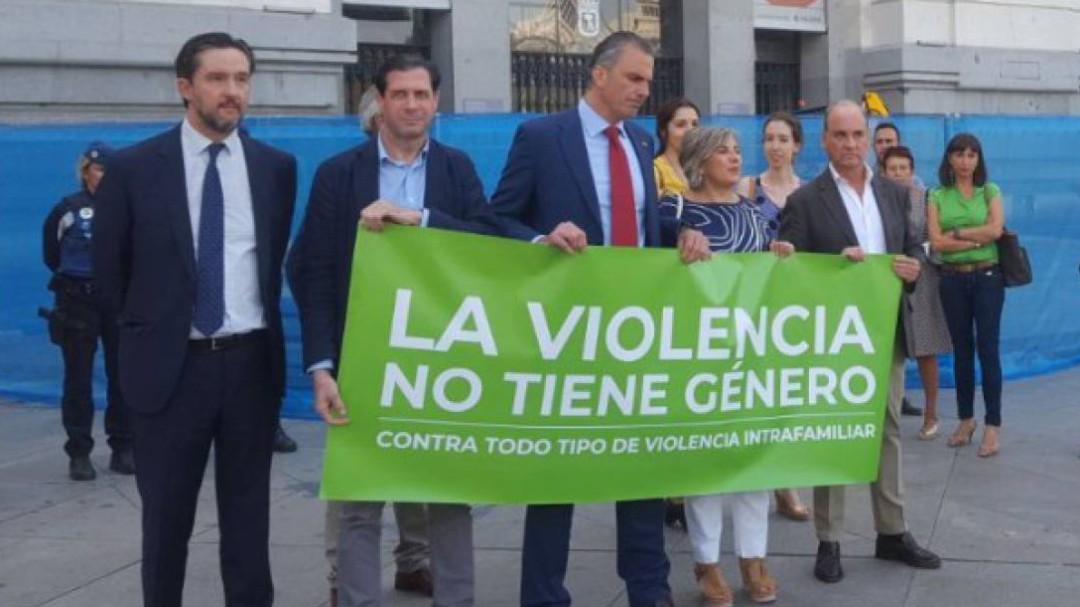 Discusión entre Almeida y Ortega Smith tras el minuto de silencio por la mujer asesinada en Madrid