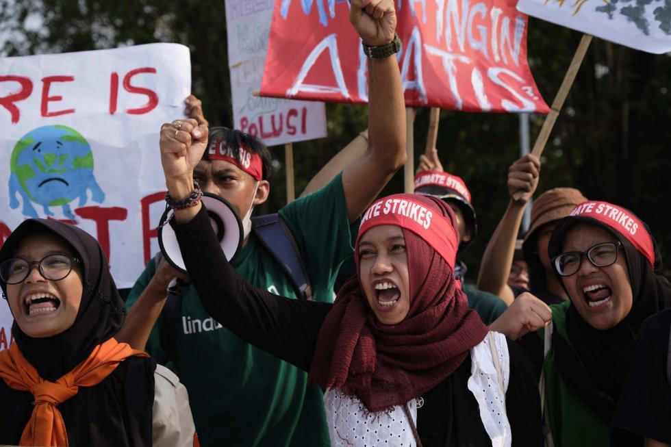 Estudiantes de Indonesia llenan las calles de la capital en las marchas globales contra el cambio climático.