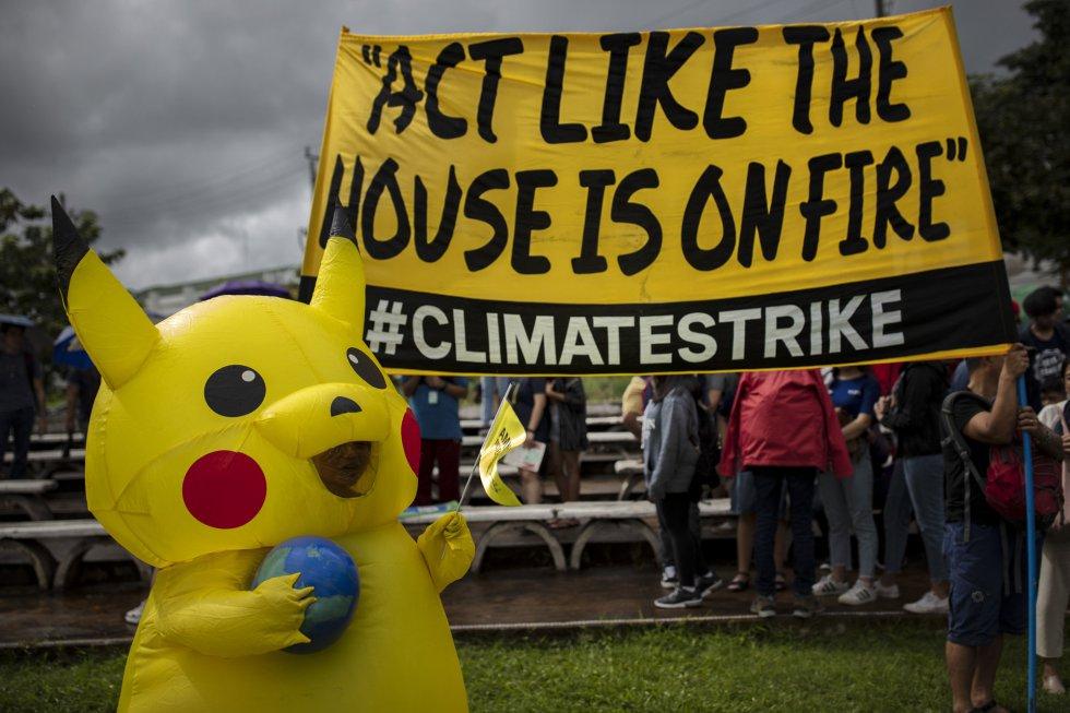 En Manila (Filipinas), los manifestantes se visten de 'Pikachu', el famoso personaje de Pokemon, para acercar la protesta a los más jóvenes.