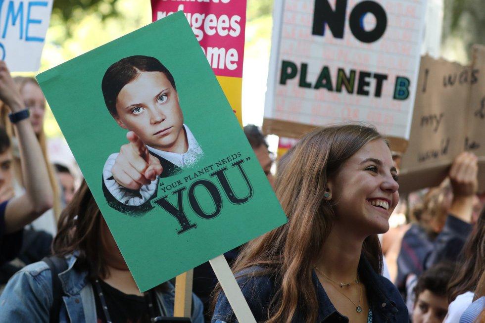 Manifestantes en Londres, Reino Unido, llevan una pancarta con la cara de la activista sueca Greta Thunberg, principal impulsora del movimiento contra el cambio climático entre los más jóvenes.