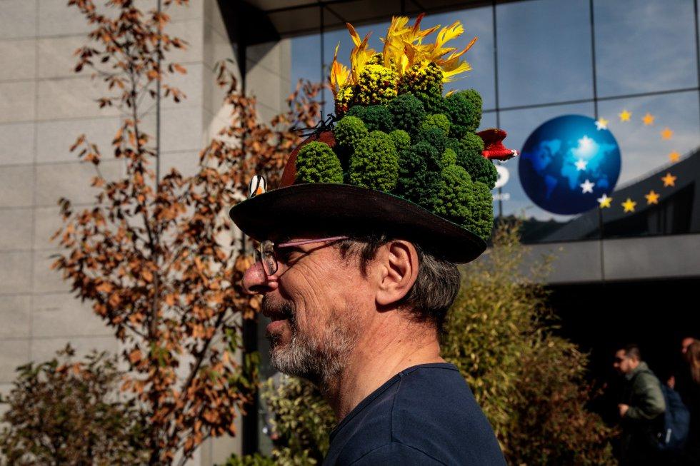 La protesta ha captado no solo a los jóvenes, sino también a sus mayores. Un hombre lleva un sugerente sombrero con lo que parecen árboles, muy cerca de los edificios de las instituciones europeas, en Bruselas, Bélgica.