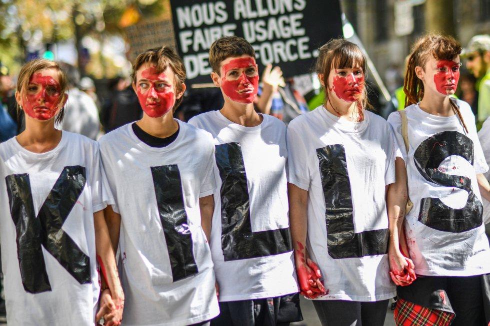 """156 países, 5.000 actos y millones de personas han llenado las capitales y ciudades más importantes del mundo para declarar la emergencia climática. En la foto, unas jóvenes portan una camiseta donde se lee """"mata"""" en referencia a la falta de acción de la política. En París, Francia."""