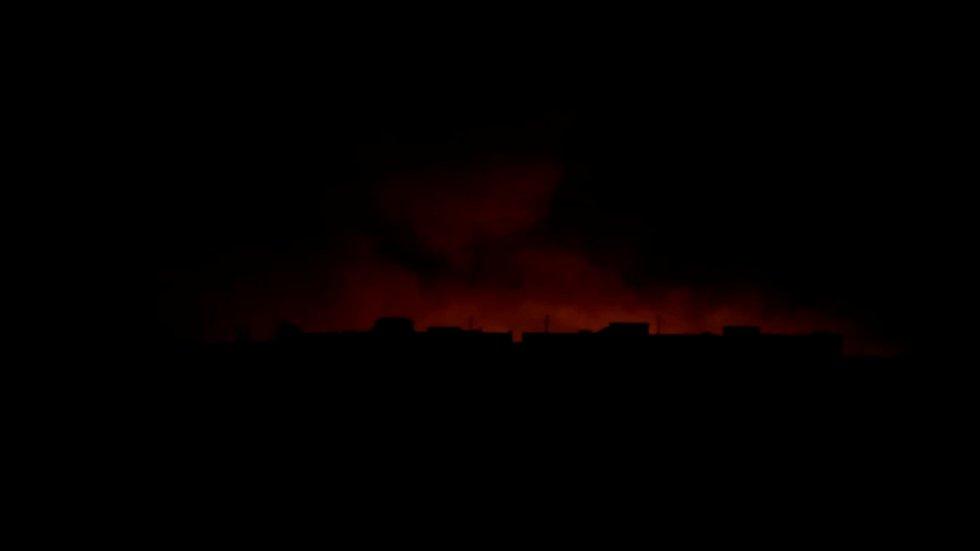 Luces y humo detrás de edificios en Tel Abyad, Siria.
