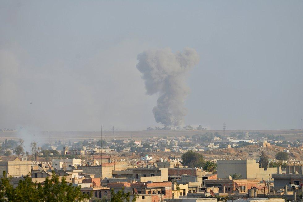 Humo en la ciudad fronteriza siria de Ras al-Ain.