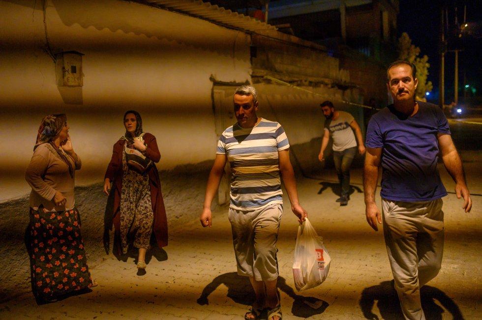 Población de Akcakale sale de sus casas tras el ataque turco.