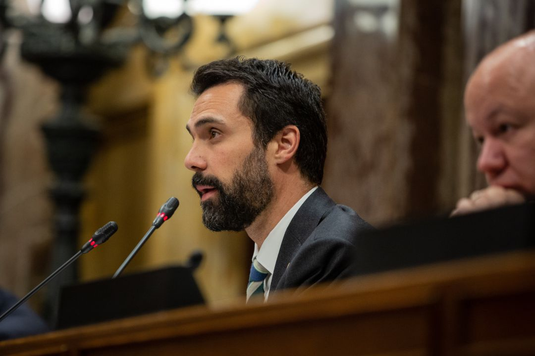 El presidente del Parlament, Roger Torrent, interviene en una sesión plenaria.