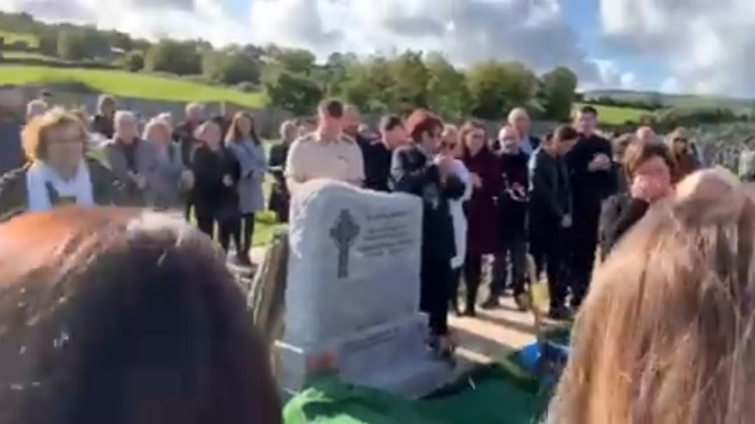 """""""Dejadme salir, ¡esto está muy oscuro!"""": la broma que un hombre preparó para su funeral se hace realidad"""