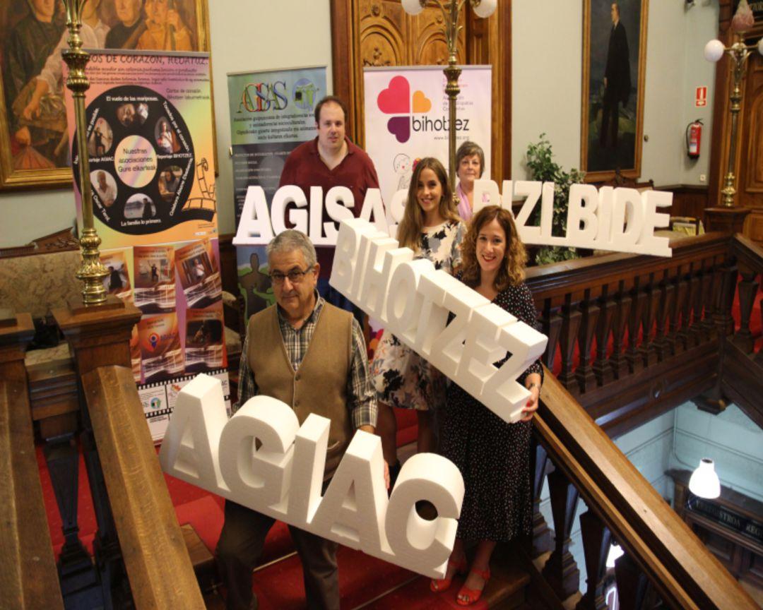 Las Asociaciones AGIAC, BIHOTZEZ,BIZIBIDE y AGISAS, junto con la concejal de Bienestar Social, Cristina Laborda