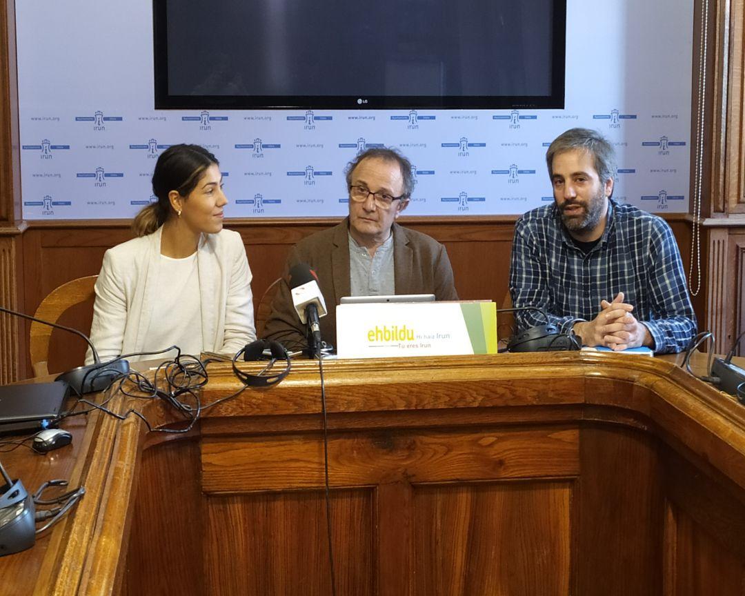 La concejal de EH Bildu, Ane Unanue, el portavoz, Jokin Melida y el exconcejal y miembro del grupo, Joxe Cayetano Diez