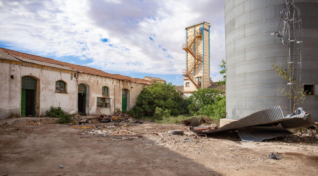 Naves de la antigua fábrica de harinas de Carrascosa del Campo (Cuenca) donde se quiere crear el complejo de Bellas Artes 'La Harinera'.