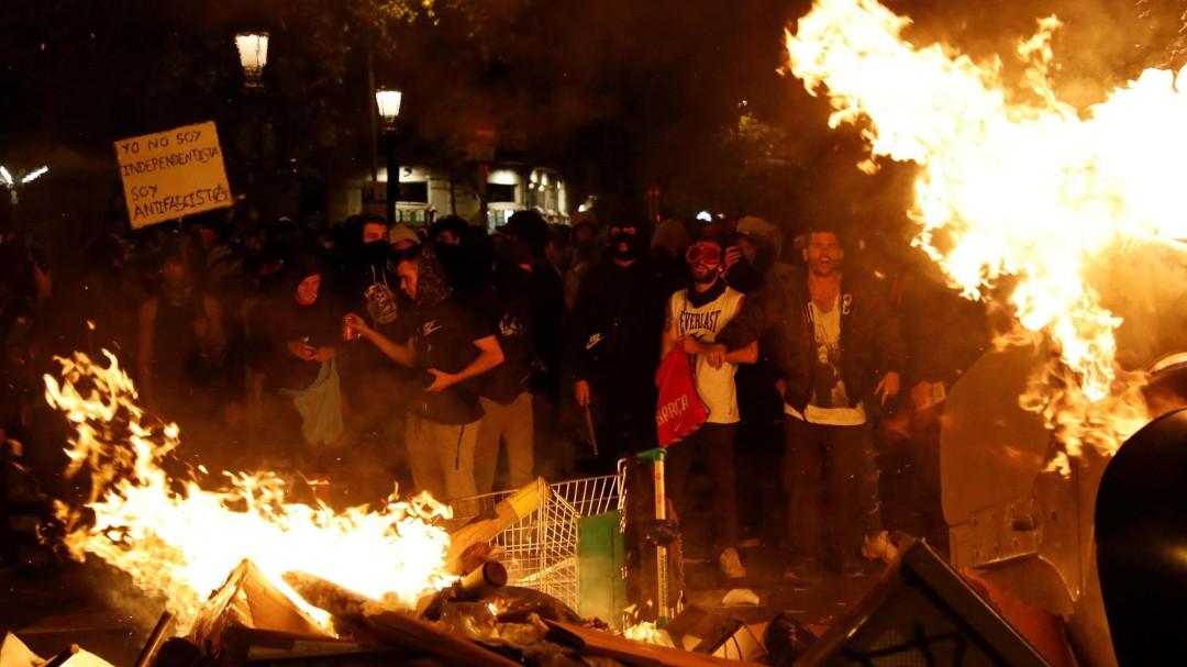 El enfrentamiento de radicales de ultraderecha e independentistas marca otra jornada de protestas