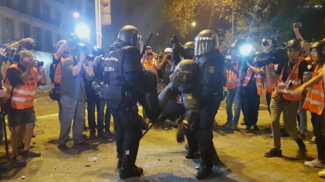 Así sacaron los policías a su compañero herido en los disturbios del viernes