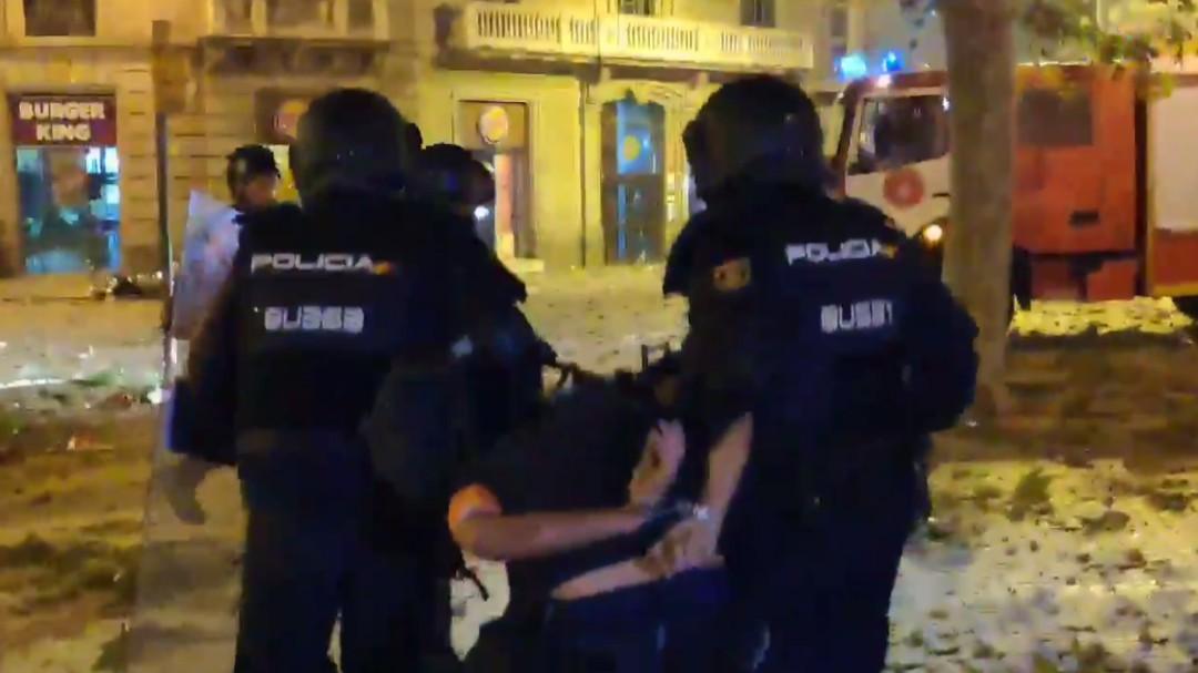 La Policía detiene a un fotoperiodista de El País durante las protestas en Barcelona